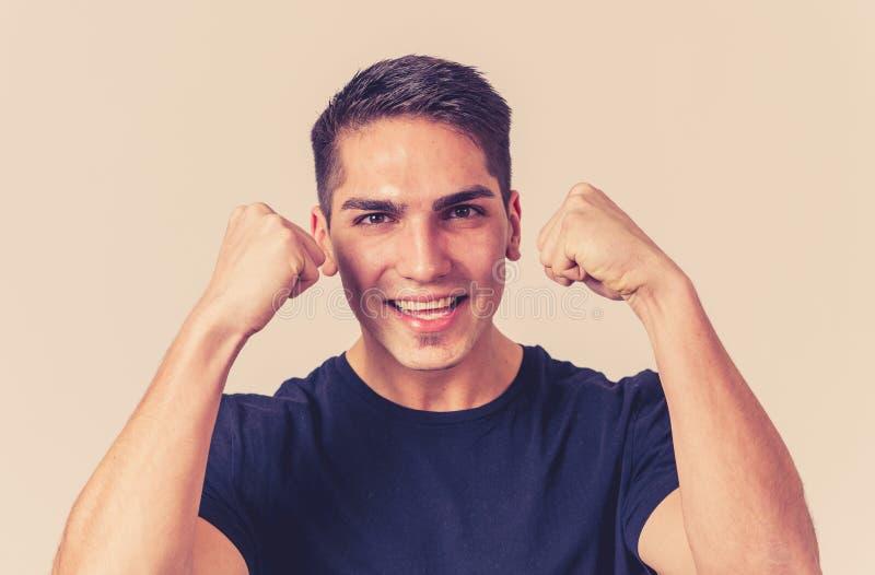 Portrait haut étroit du jeune homme étonné et heureux célébrant la loterie, la victoire ou le succès de gain photographie stock libre de droits