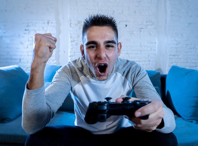 Portrait haut étroit du jeune homme ayant l'amusement jouant des jeux vidéo Dans les loisirs et le concept de dépendance de jeu photos libres de droits