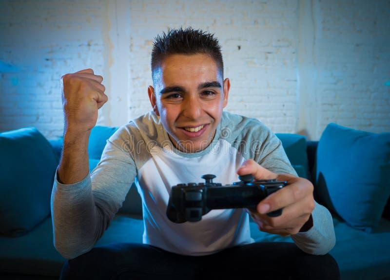 Portrait haut étroit du jeune homme ayant l'amusement jouant des jeux vidéo Dans les loisirs et le concept de dépendance de jeu image stock