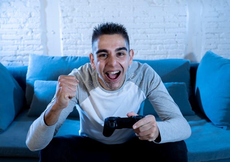 Portrait haut étroit du jeune homme ayant l'amusement jouant des jeux vidéo Dans les loisirs et le concept de dépendance de jeu images libres de droits