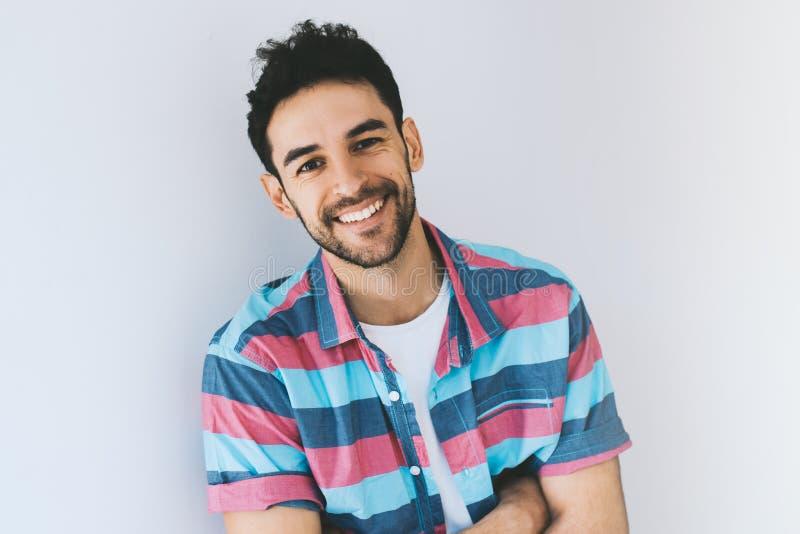 Portrait haut étroit du modèle masculin caucasien de sourire à l'air la Smart beau posant pour la publicité sociale, sur blanc photographie stock libre de droits