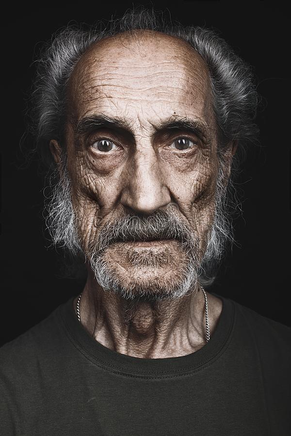 Portrait haut étroit du pauvre vieil homme malheureux qui a perdu son épouse, famille images stock
