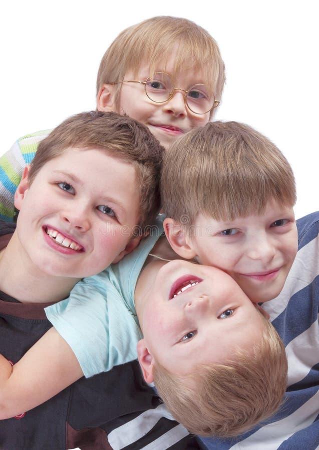 Portrait haut étroit positif de quatre garçons ensemble images libres de droits