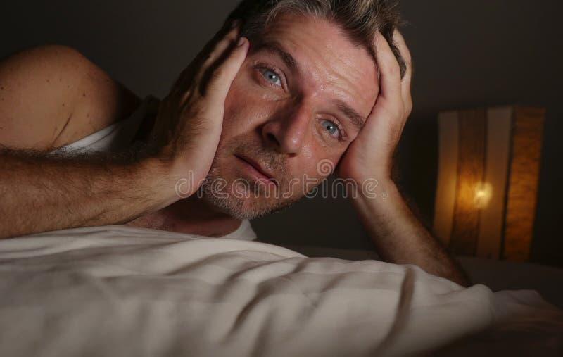 Portrait haut ?troit de visage d'homme attirant sans sommeil et ?veill? avec des yeux grands ouverts la nuit se trouvant sur le s images libres de droits