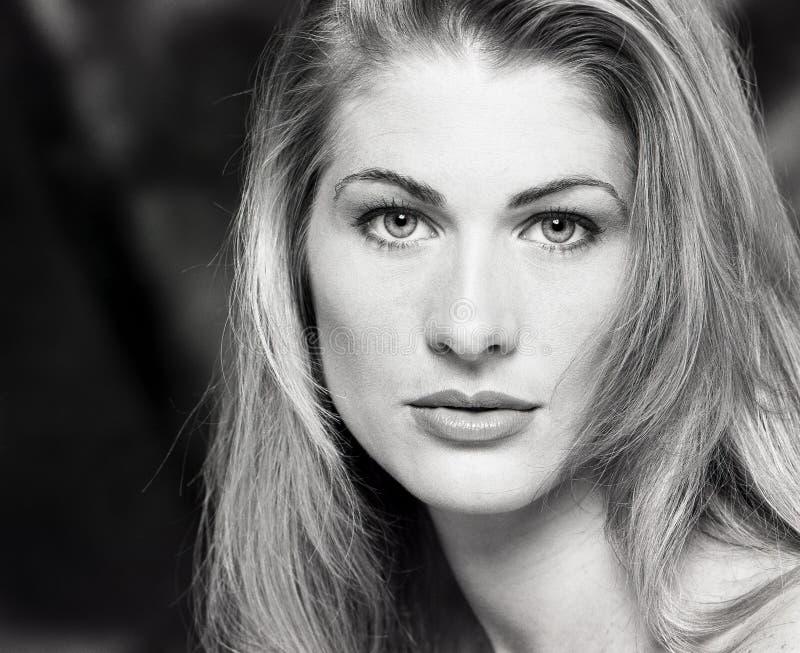 Portrait, headshot, visage des jeunes, belle de femme blonde sexy longtemps avec le regard étouffant et beaux yeux photographie stock