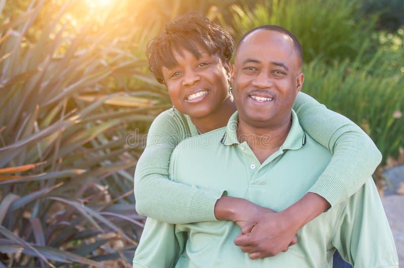 Portrait heureux attrayant de couples d'Afro-américain dehors photos stock