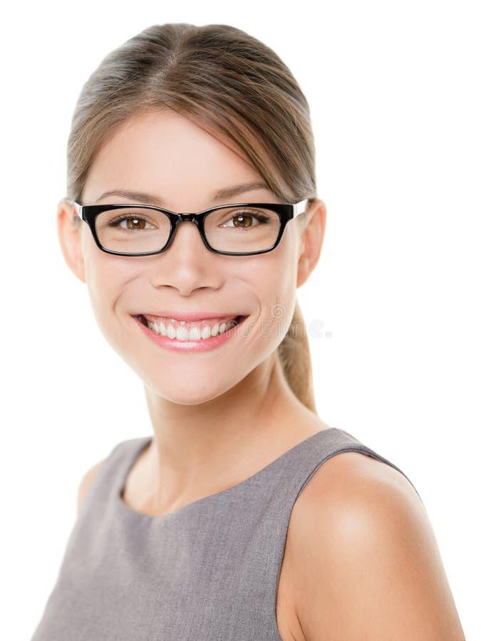 Portrait heureux de femme d'affaires d'eyewear en verre photographie stock libre de droits