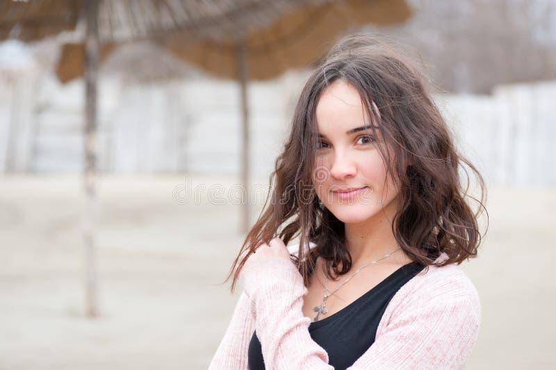 Portrait heureux de fille, portrait de belle jeune fille sensible heureuse positive ou femme posant dehors dans des vêtements spo photographie stock libre de droits