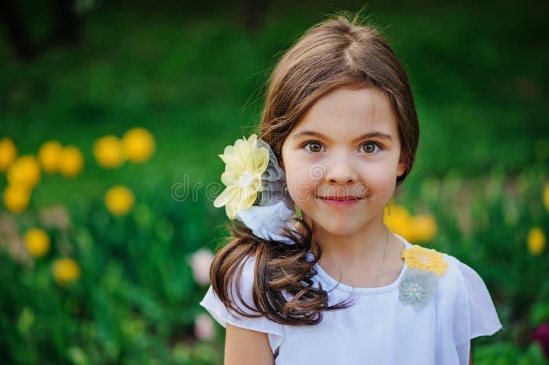 Portrait heureux de fille d'enfant en été images libres de droits
