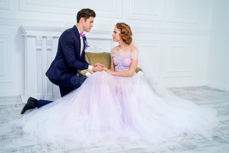 Portrait heureux de nouveaux mariés photos stock