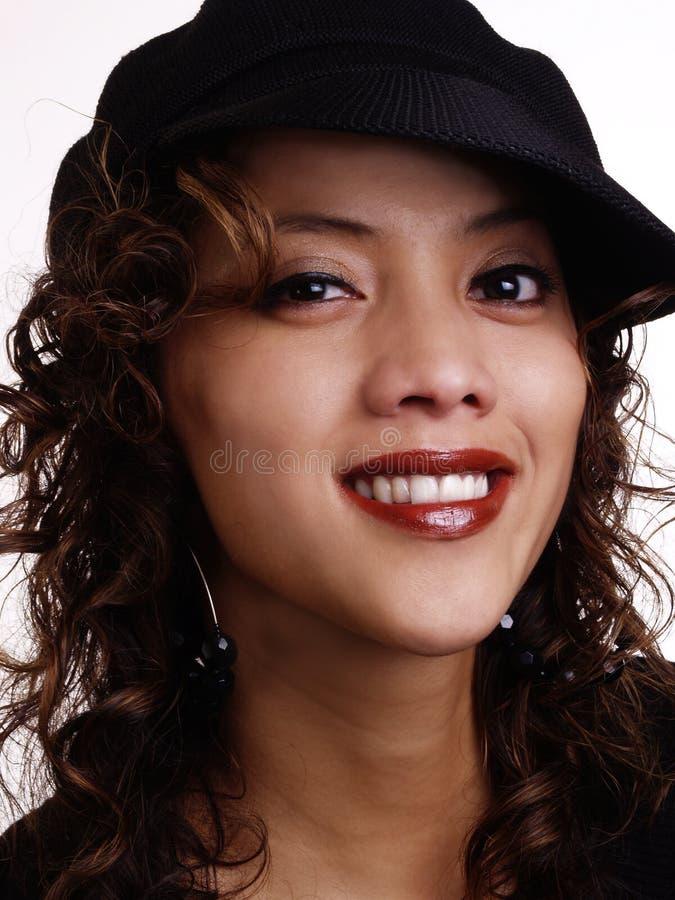 Portrait hispanique philippin de sourire de femme avec le chapeau photo libre de droits