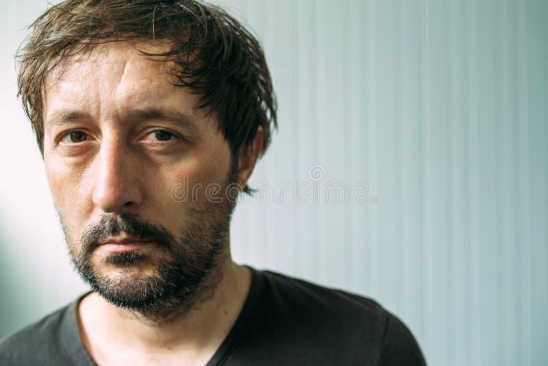 Portrait homme adulte malheureux et fatigué d'OD image libre de droits