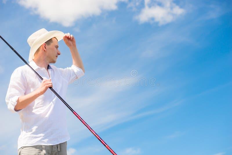 Portrait horizontal d'un pêcheur rural avec une canne à pêche dans a photo libre de droits