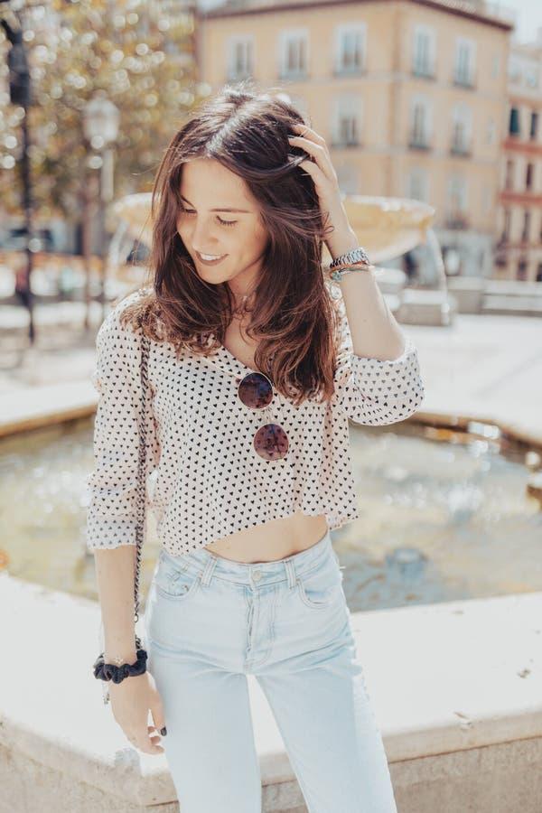 Portrait horizontal d'une jeune femme très belle avec les cheveux bruns de café Sourire modèle et fermer ses yeux, frottant ses c photographie stock