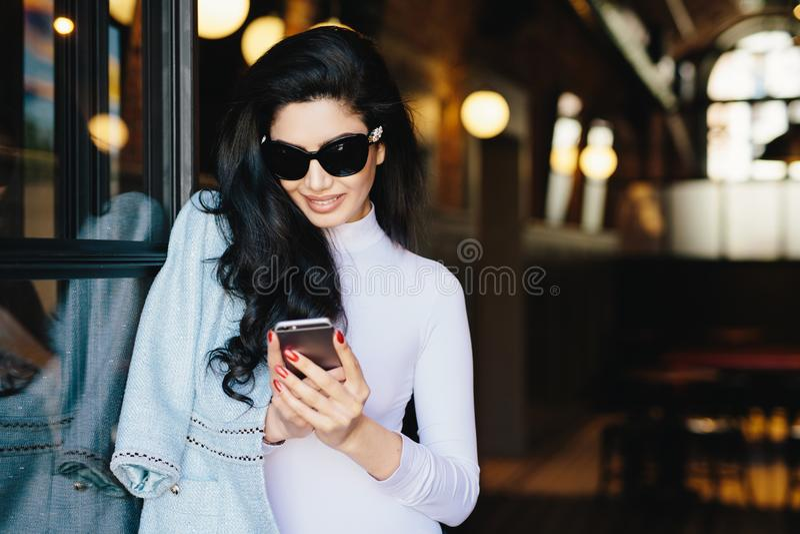 Portrait horizontal de femme magnifique de brune en tissu blanc photo stock