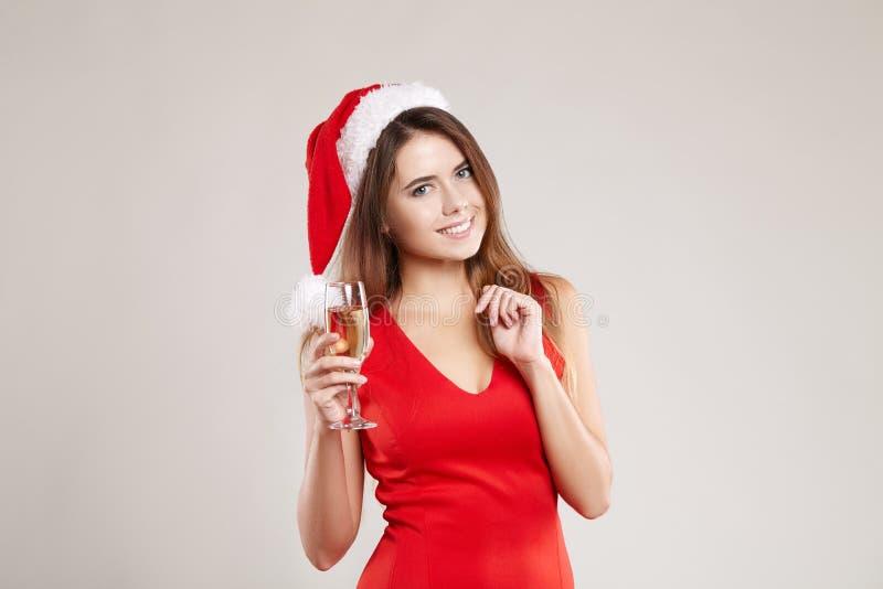 Portrait horizontal de fille de Noël avec le verre à vin sur le fond blanc images stock