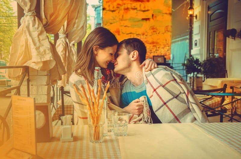 Portrait horizontal des couples embrassant une date photo stock
