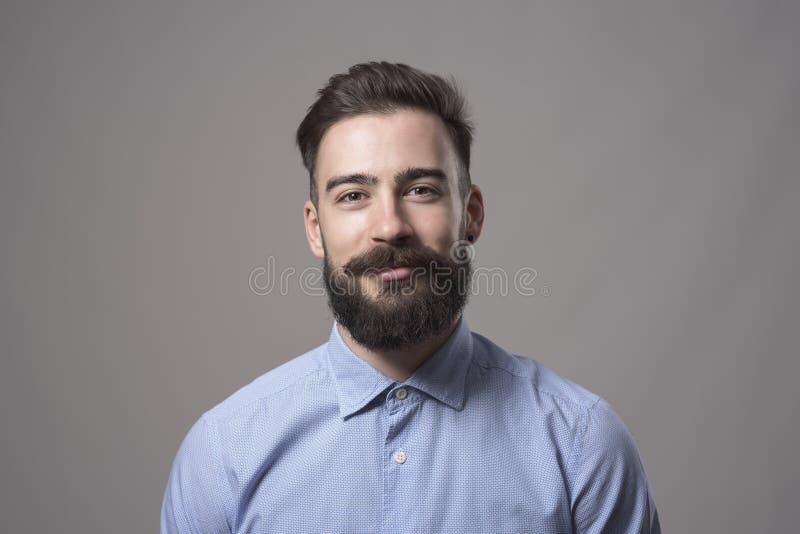 Portrait horizontal principal et d'épaule du jeune homme barbu d'affaires souriant à l'appareil-photo photos stock