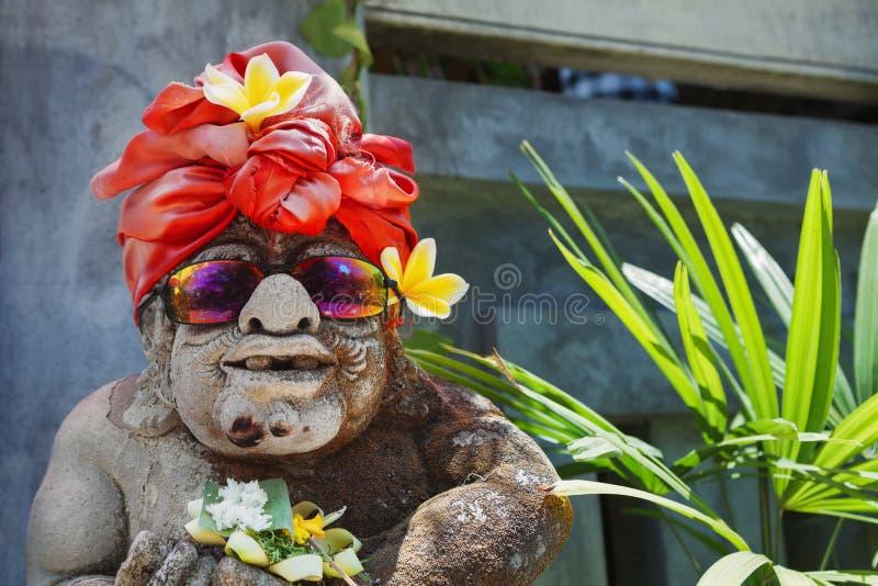 Portrait humoristique de visage de vieille garde traditionnelle de temple de Balinese photographie stock libre de droits