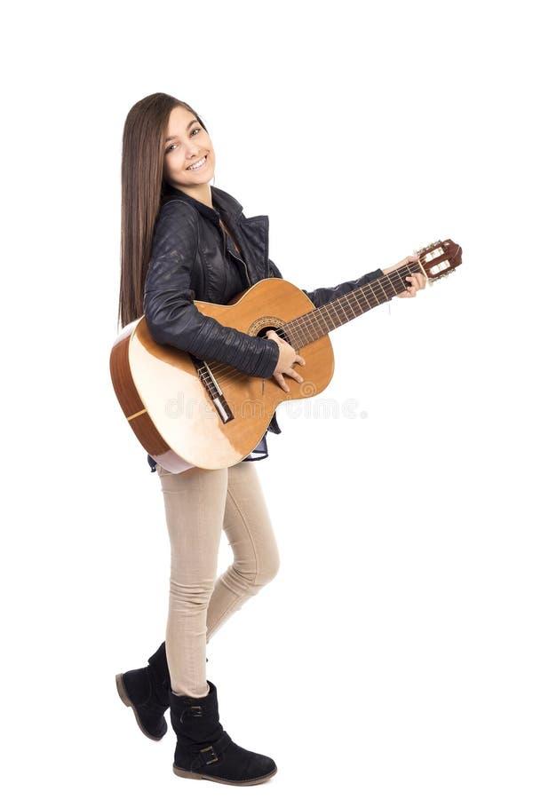 Portrait intégral d'adolescente heureuse jouant la guitare photos stock