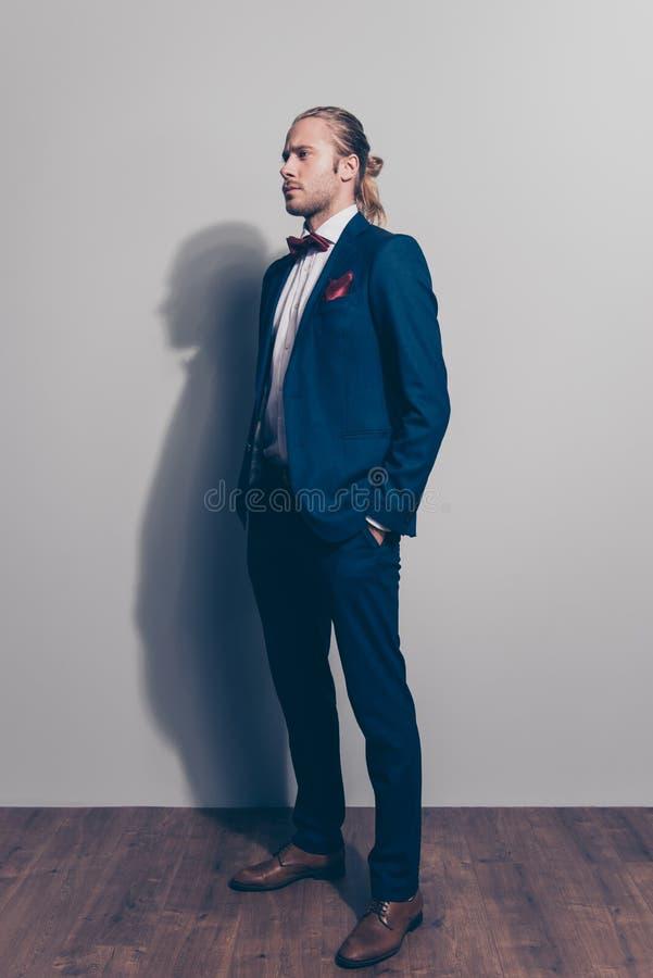 Portrait intégral d'homme élégant moitié-tourné dans l'esprit bleu de costume images stock