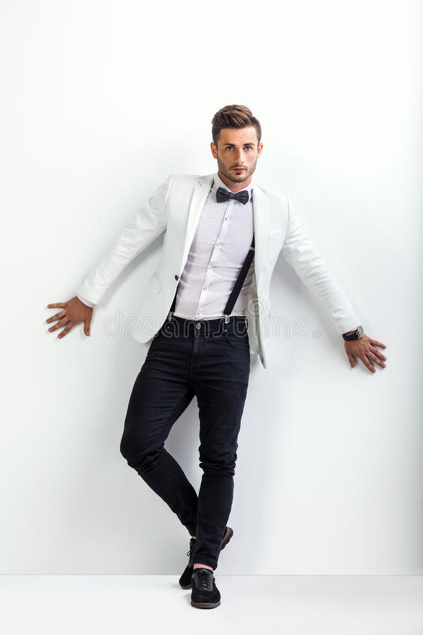 Portrait intégral d'homme bel dans le posin élégant blanc de costume photographie stock libre de droits