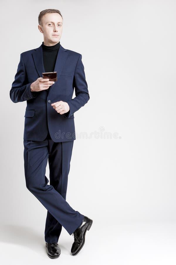 Portrait intégral d'homme d'affaires caucasien dans le bleu élégant Su image stock