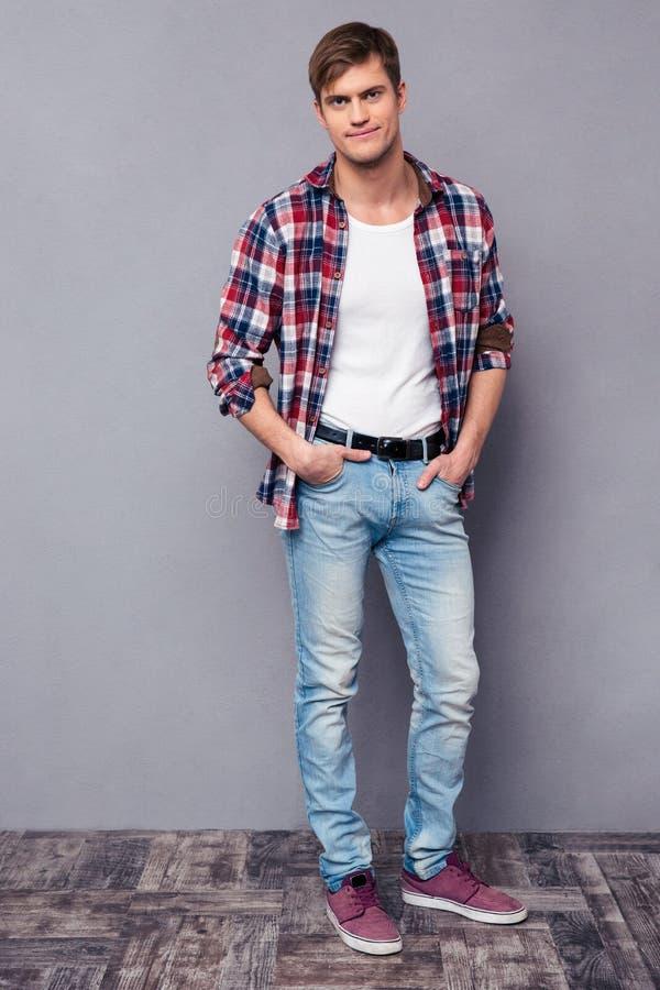 Portrait intégral d'homme sûr bel dans la chemise à carreaux photographie stock