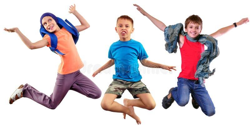 Portrait intégral d'isolement de groupe des enfants courants et sautants photographie stock