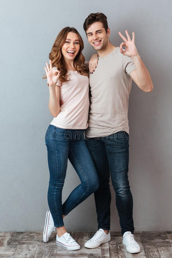 Portrait intégral d'un couple de sourire gai photo stock