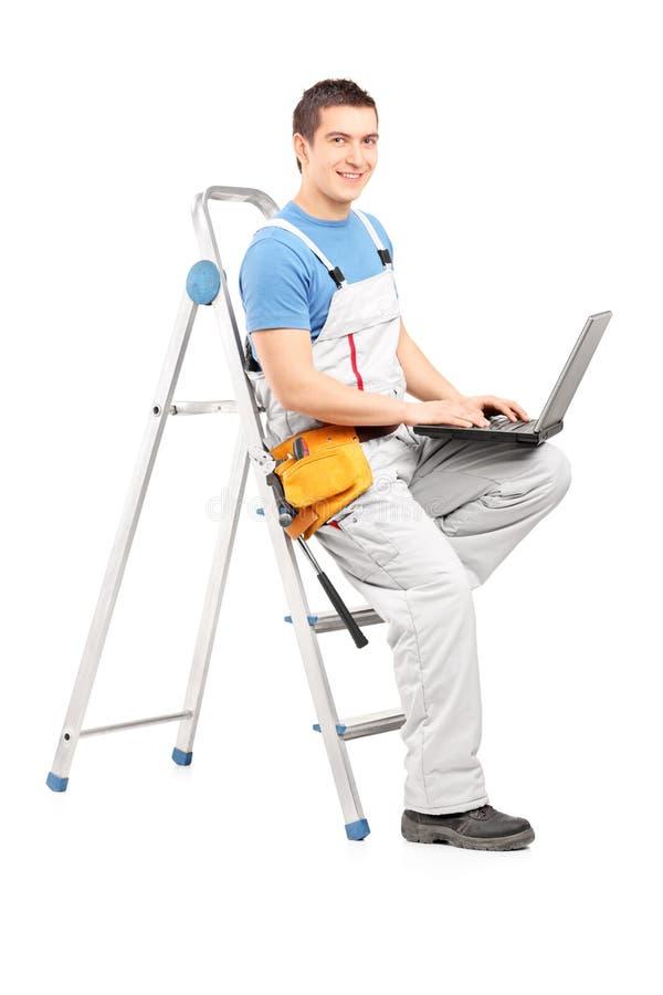 Portrait intégral d'un homme pratique avec un ordinateur portable se reposant sur un l images stock