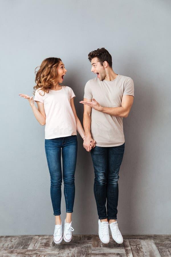 Portrait intégral d'un jeune couple heureux tenant des mains photo stock