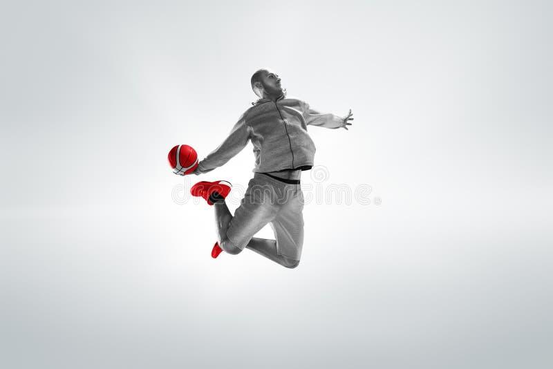 Portrait intégral d'un joueur de basket avec la boule images stock