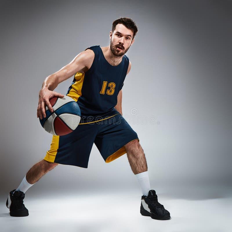 Portrait intégral d'un joueur de basket avec la boule photos libres de droits