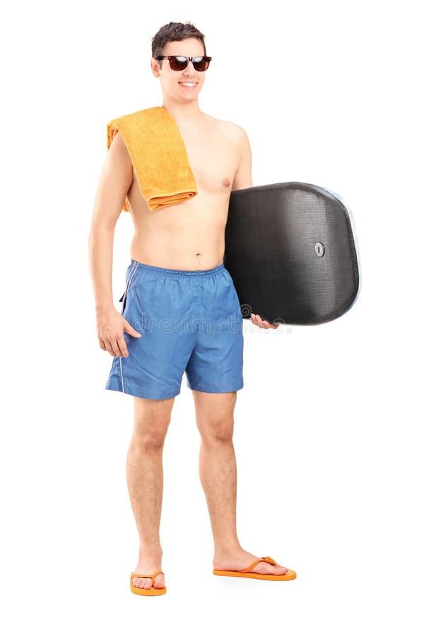 Portrait intégral d'un surfer masculin tenant une planche de surf  photos stock