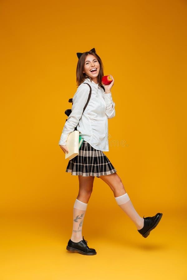 Portrait intégral d'une écolière heureuse dans l'uniforme photographie stock