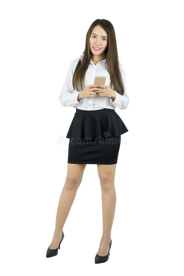 Portrait intégral d'une femme d'affaires asiatique de sourire avec le téléphone portable photos libres de droits