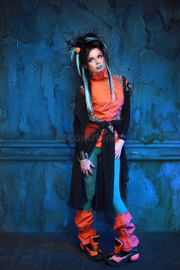 Portrait intégral d'une fille punk posant l'intérieur grunge de mur photographie stock libre de droits