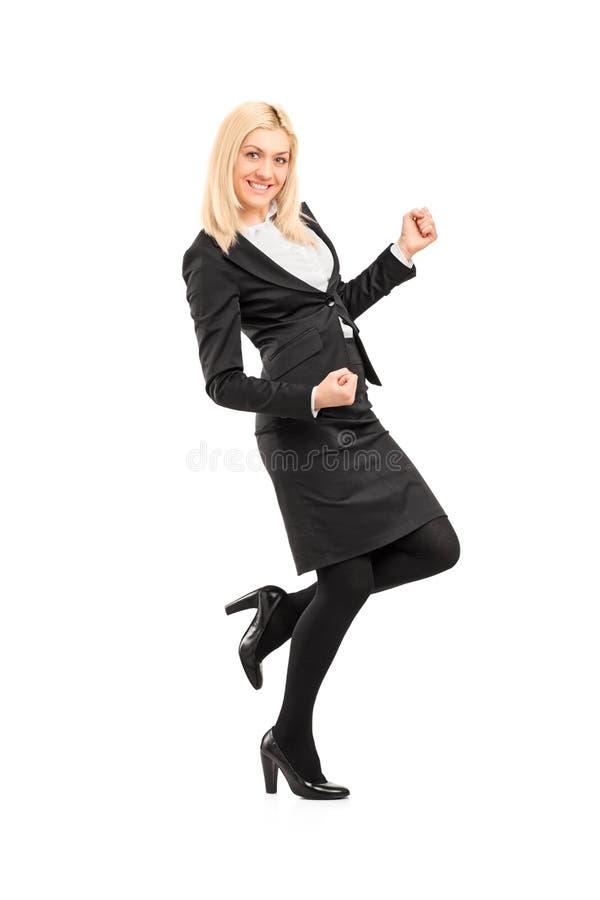 Portrait intégral d'une jeune femme d'affaires faisant des gestes des happines photos stock