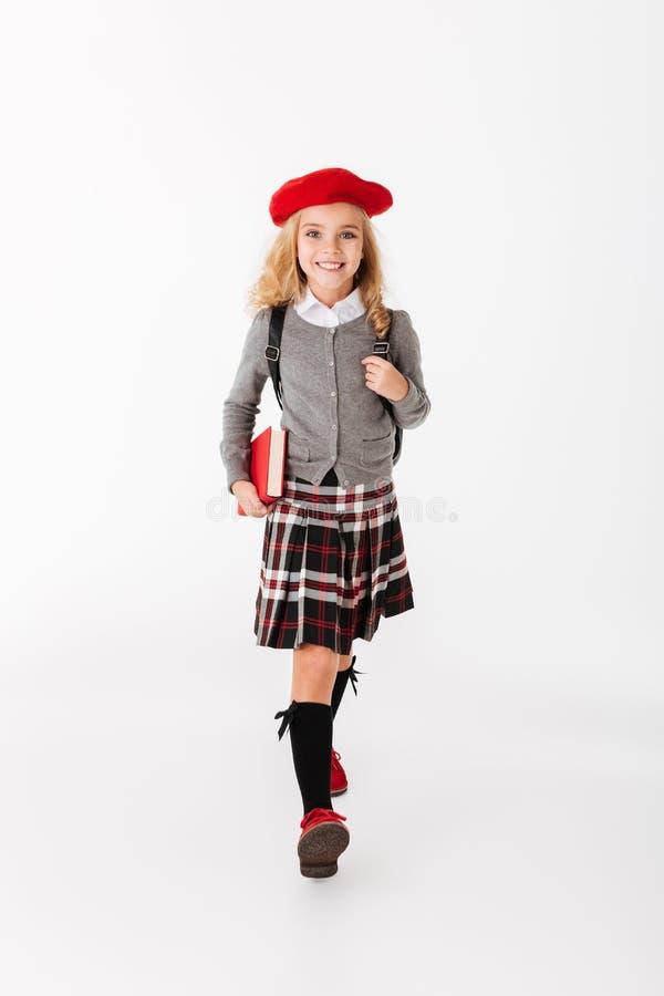 Portrait intégral d'une petite écolière heureuse image libre de droits