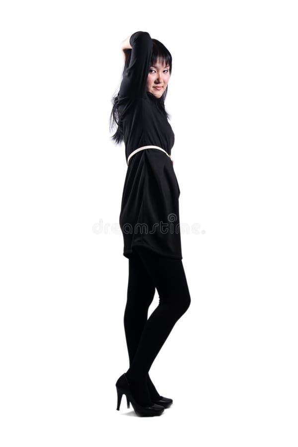 Belle fille asiatique dans la robe noire photos stock