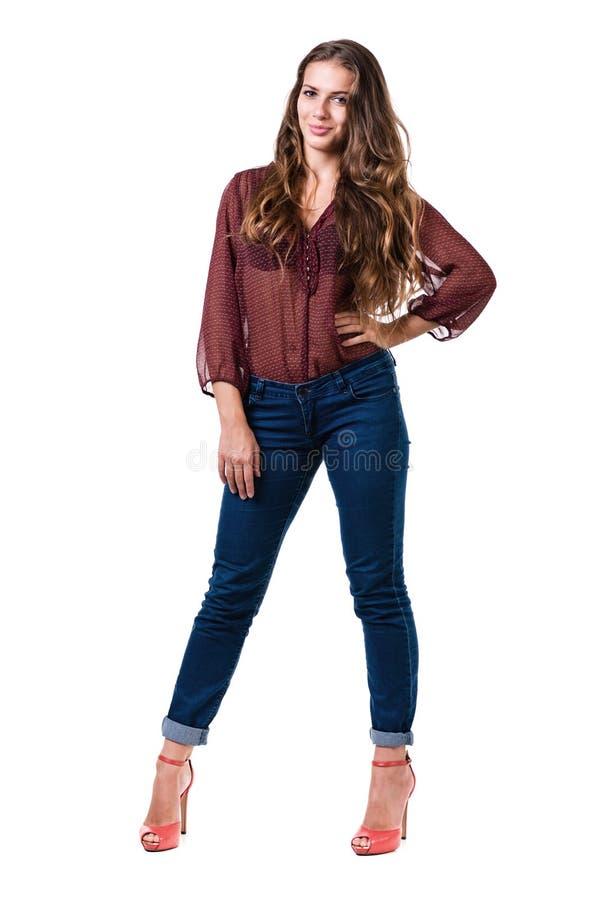 Portrait intégral de femelle provocante dans des jeans d'isolement sur le blanc photographie stock libre de droits