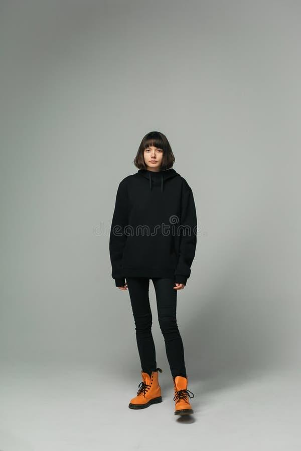 Portrait intégral de femme élégante dans l'équipement noir occasionnel photo libre de droits