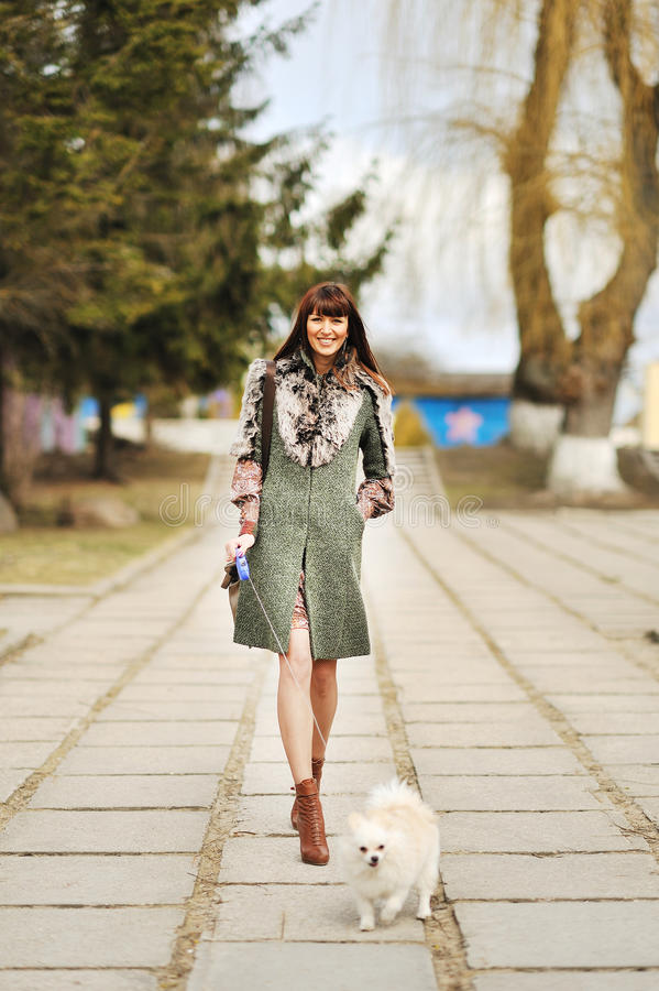Portrait intégral de femme heureuse marchant avec son petit chien photo libre de droits