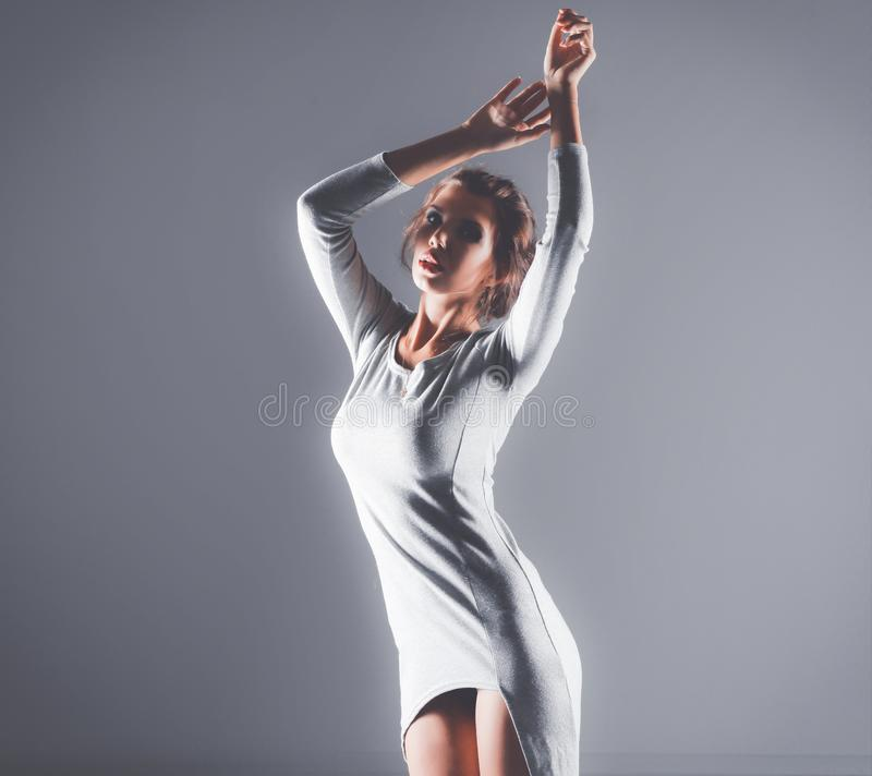 Portrait intégral de jeune femme attirante d'isolement sur le fond gris photo libre de droits
