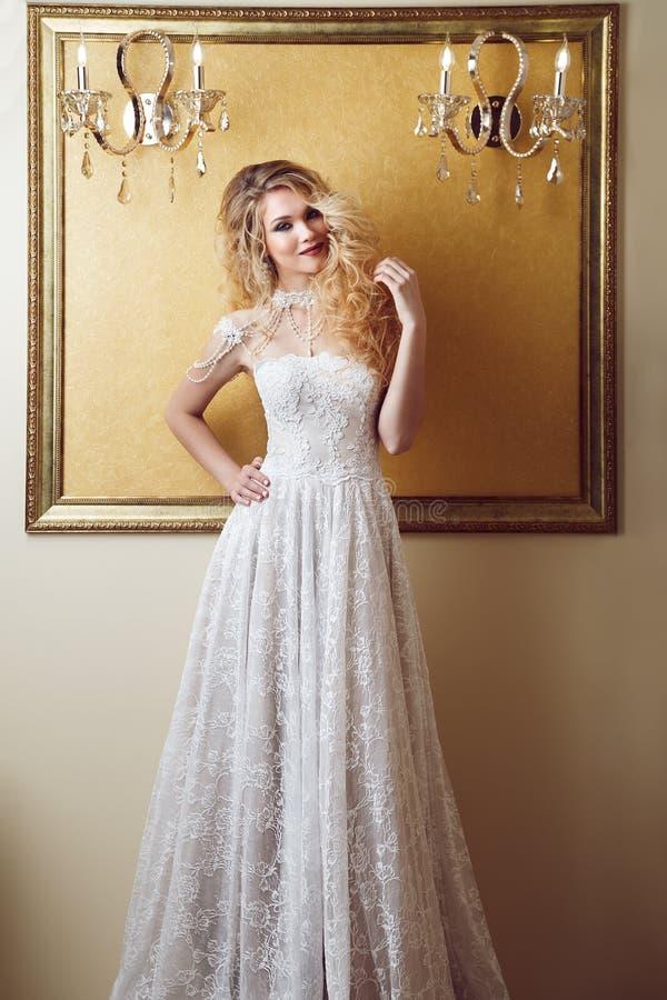 Portrait intégral de jeune mariée de beauté dans la robe blanche Étable classique image libre de droits