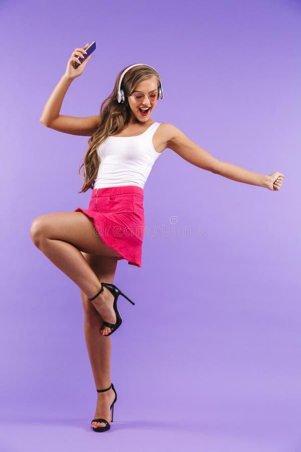 Portrait intégral de la femme énergique heureuse 20s dans le caillot d'été photo libre de droits