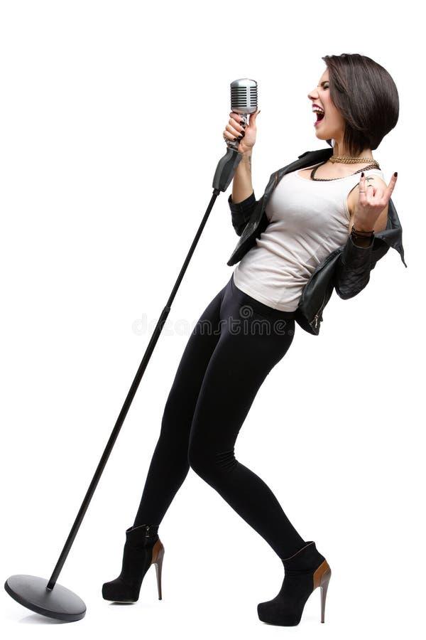 Portrait intégral de musicien de roche avec le microphone photo libre de droits