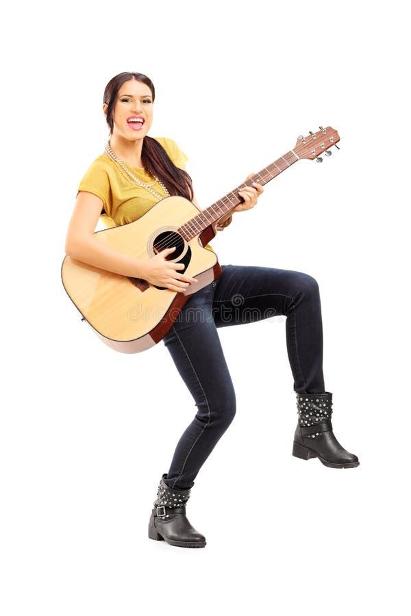 Portrait intégral de musicien féminin jouant sur le guit acoustique images libres de droits