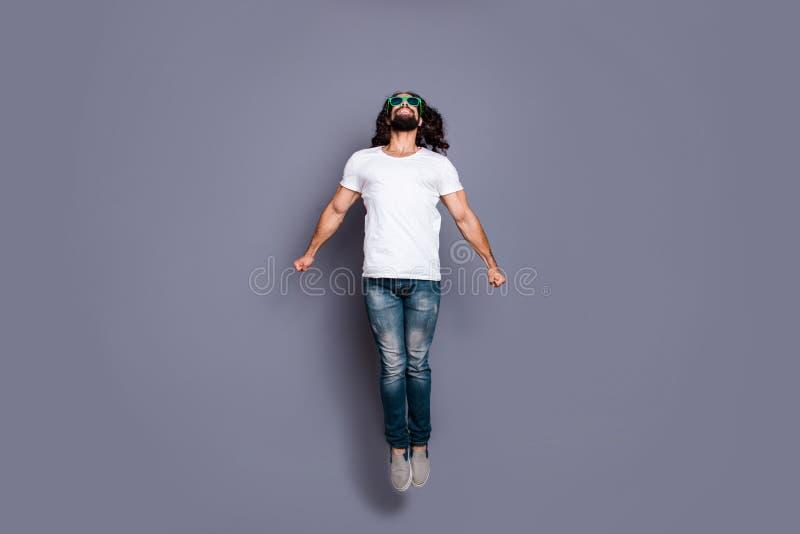 Portrait intégral de vue de côté de profil de taille du corps à lui il gentil type aux cheveux ondulés gai gai attirant libre fra photos stock